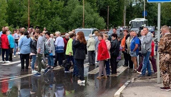 В Подмосковье люди перекрыли трассу, протестуя против отключения горячей воды