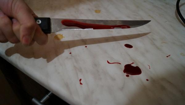 В Подмосковье молодая женщина порезала двоих мужчин ножом