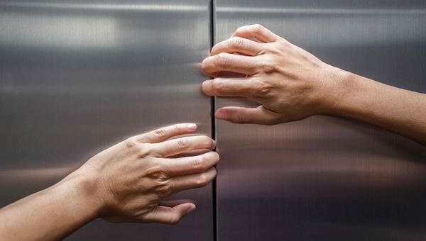 Сотрудники «Скорой» застряли в лифте вместе с пациенткой в тяжелом состоянии