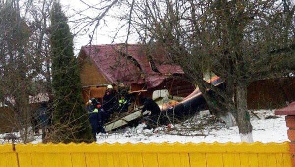 В Подмосковье легкомоторный самолет упал на жилой дом