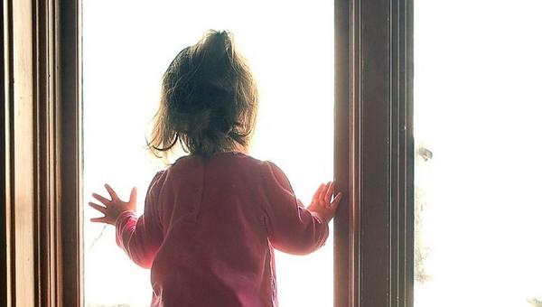В Подмосковье 4-летняя девочка выпала с 17 этажа. Она выжила