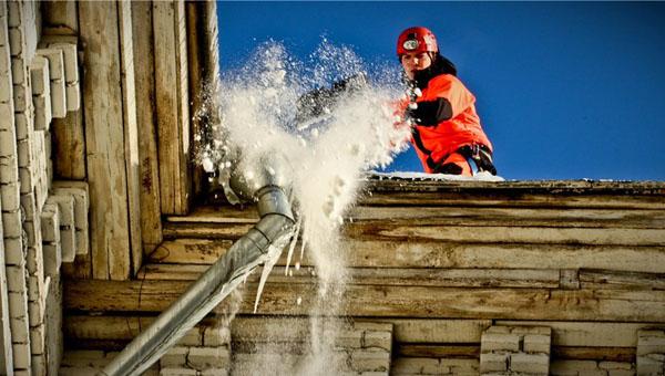 Коммунальщики чистили снег на крыше жилого дома и провалились в квартиру