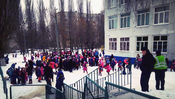 В ряде регионов России эвакуируют школы и больницы из-за сообщений о минировании