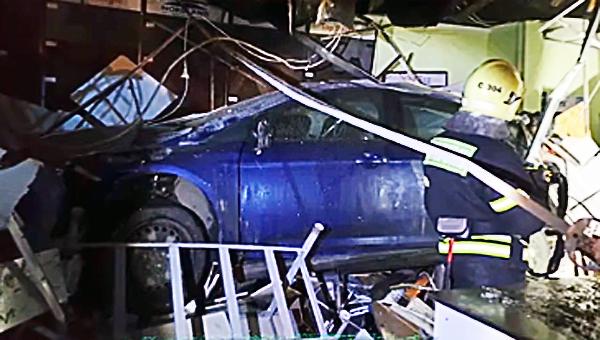 В Подмосковье пьяный водитель снес киоск с шаурмой: посетитель погиб