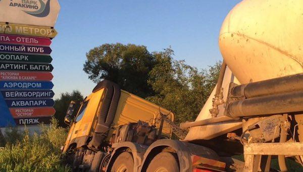 В пригороде Серпухова цементовоз едва не смял легковушку с тремя пассажирами