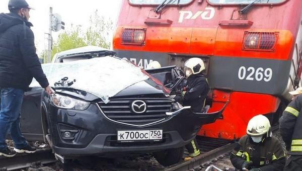 В Новой Москве электричка врезалась в легковушку