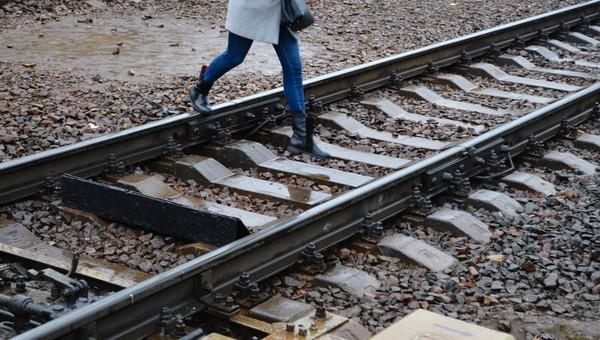 В Подмосковье под колесами электрички погибла школьная учительница