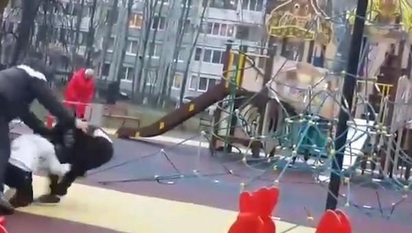 Мужчина вмешался в драку сына и сломал его оппоненту руку