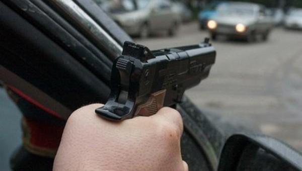 Неизвестный на машине без номеров открыл стрельбу в Подмосковье