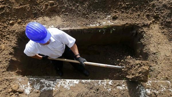В России набирает популярность конкурс по выкапыванию могил