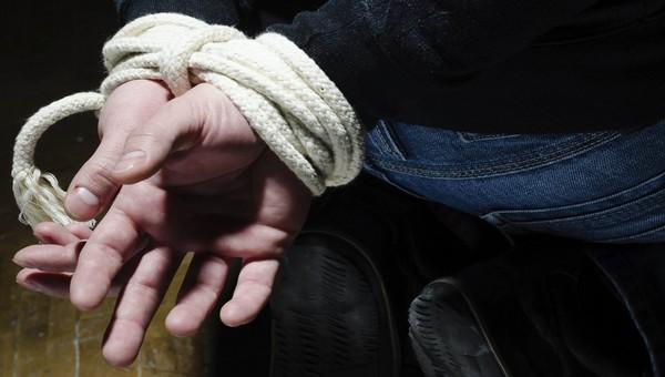 Двое бандитов похитили мужчину и требовали с него 50 тысяч долларов