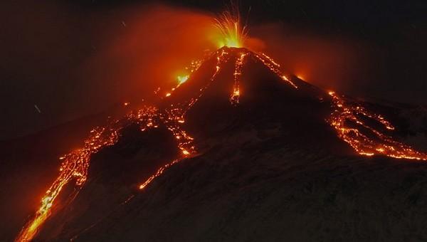 Это нужно увидеть: на Сицилии проснулся вулкан Этна. Впечатляющие кадры