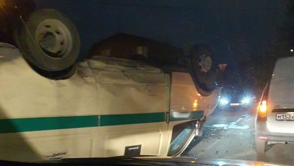 Машина с деньгами перевернулась в подмосковном Серпухове