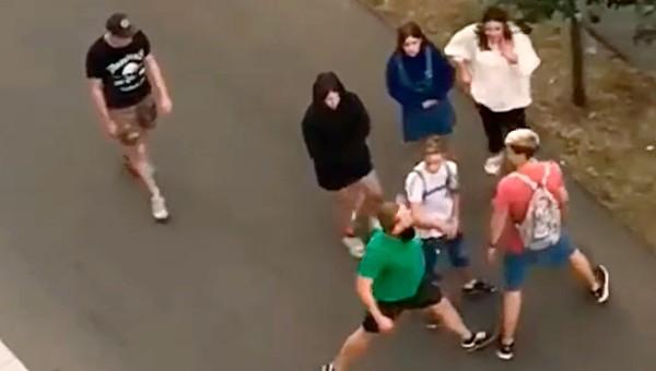 Курьер Delivery Club избил группу подростков из-за внешнего вида