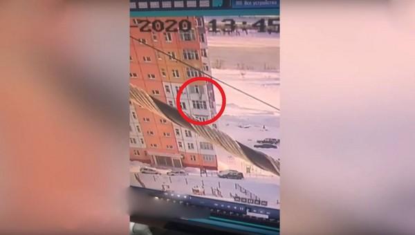 Молодая девушка выпала с 9 этажа, а потом встала и пошла