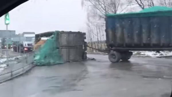Мусоровозы под Серпуховом опрокидываются с пугающей регулярностью
