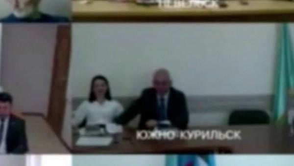 Мэр российского города залез к подчиненной под юбку во время совещания