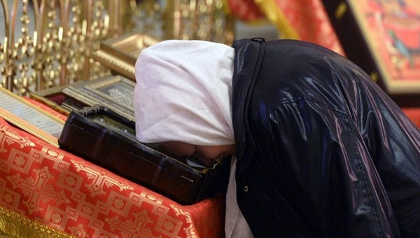 В церкви хотят запретить целовать иконы и ларцы с мощами