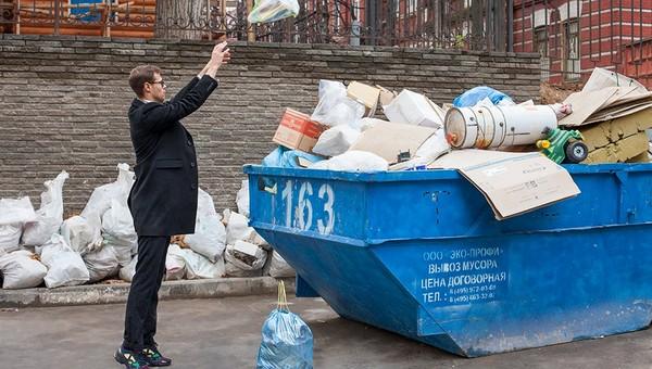 Россиянин по ошибке выкинул в контейнер крупную сумму денег. Мусорщики нашли пакет