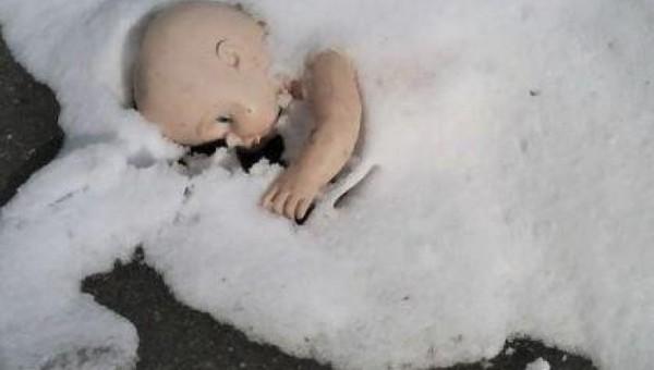 Трехлетняя девочка насмерть замерзла в сенях дома