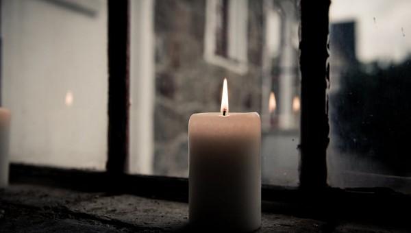 Вместо крестного хода верующим предложили зажечь свечи в окнах