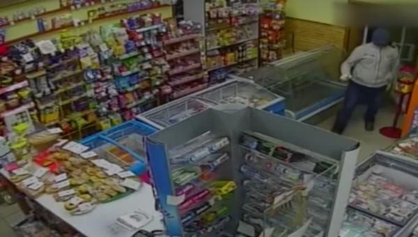 Покупатель с пневматом задержал грабителя магазина в Подмосковье