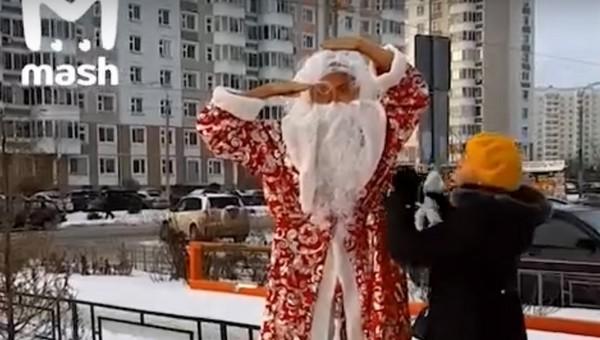 Многострадальную статую Дзюбы в Подольске нарядили Дедом Морозом