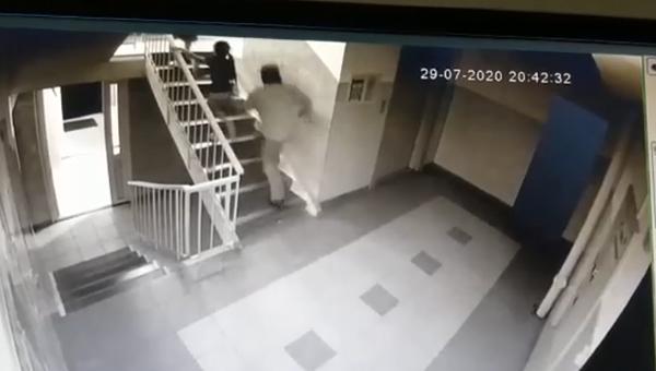 На 6-летнюю девочку напал взрослый мужчина прямо в подъезде ее дома