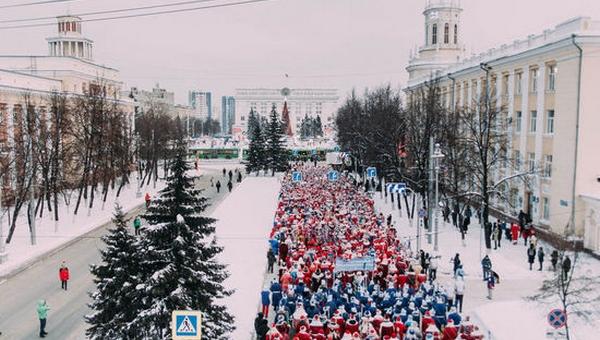 Почти 1300 Дедов Морозов прошли праздничным шествием по городу