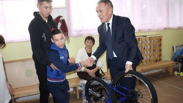 Телевизор - слепому, велосипед - мальчику с ДЦП: самые нелепые подарки чиновников