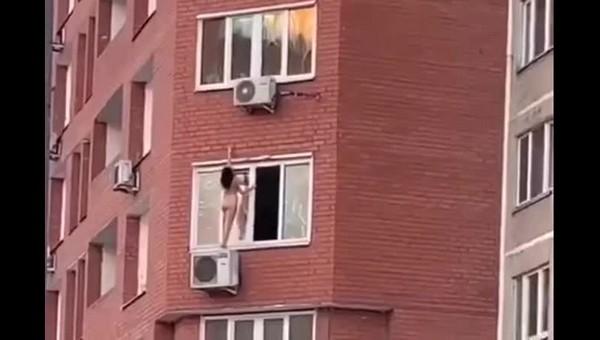 В Подмосковье девушка вылезла голышом из окна и станцевала на кондиционере