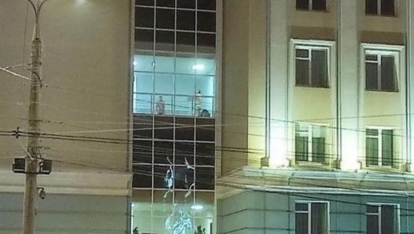 Парочку голых мужчин заметили ночью в окне регионального правительства