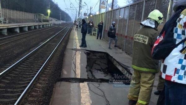 В Подольске железнодорожная платформа провалилась прямо под ногами девушки