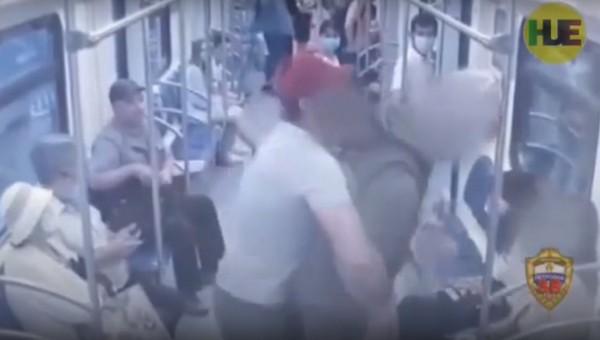 В московском метро пьяный мужчина пытался познакомиться с девушкой, угрожая ей ножом