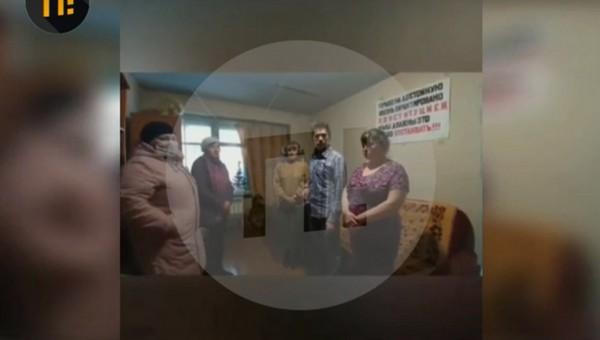 Жители аварийного дома позвали губернатора отметить с ними Новый год