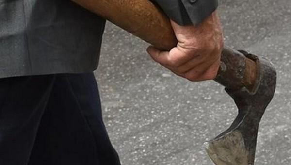 Муж-ревнивец попытался отрубить руку жене из-за развода