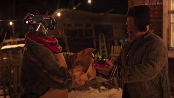 Кибермандарины и нейропрезидент: новогодний ролик про русскую деревню на Марсе