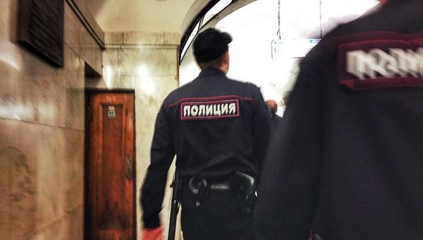 Полицейские приняли роды у девушки в метро