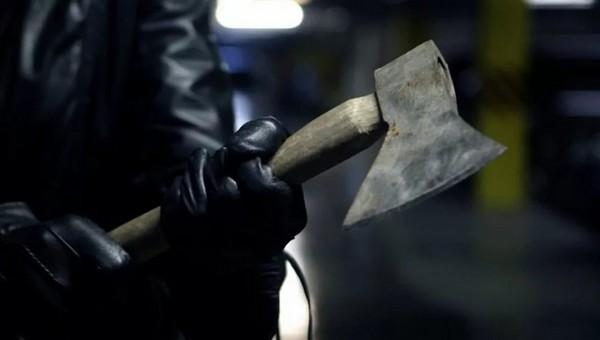 Владельца пункта приема металлолома ударили топором по голове во время ограбления