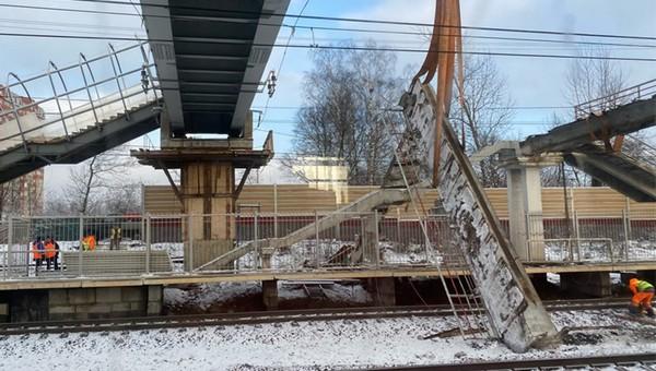 На железнодорожной станции обрушился пешеходный мост