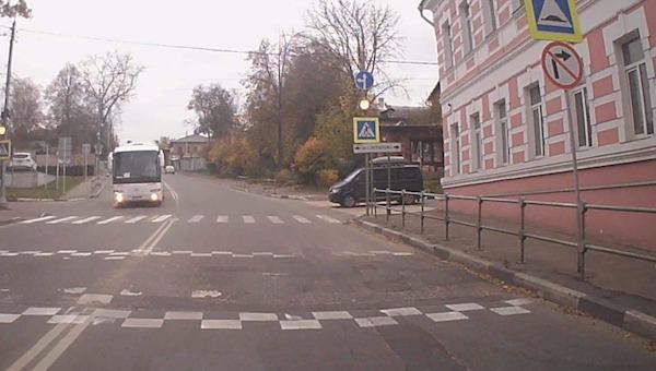 В Серпухове водители упорно игнорируют сразу три запрещающих знака
