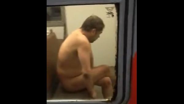 Пассажиров электрички напугал голый мужчина