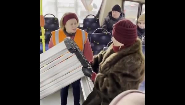 Женщина попыталась втащить садовую скамью в троллейбус