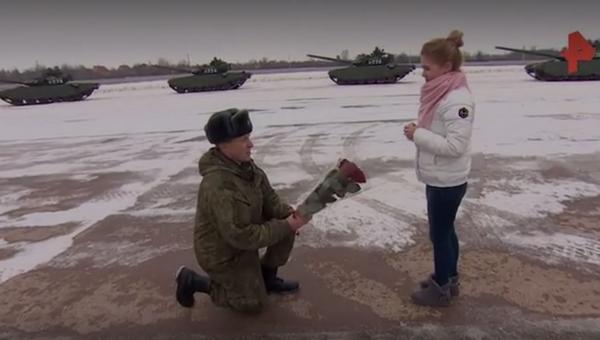 В Подмосковье военный сделал предложение девушке на полигоне среди танков
