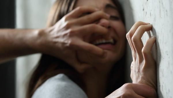В Подмосковье мужчина изнасиловал девушку на камеру