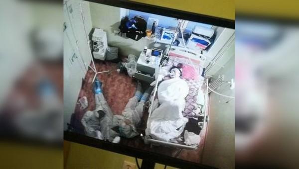 «Фото года»: камера видеонаблюдения сняла медиков в палате ковидной больной