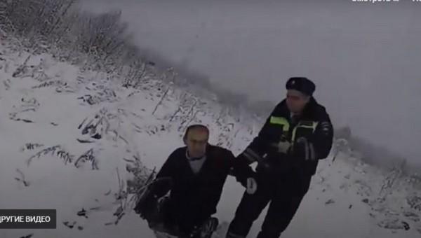 Сотрудники ДПС спасли пожилого мужчину, замерзавшего в снегу