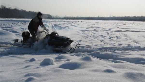 В Подмосковье молодой мужчина погиб, катаясь на снегоходе по льду водохранилища