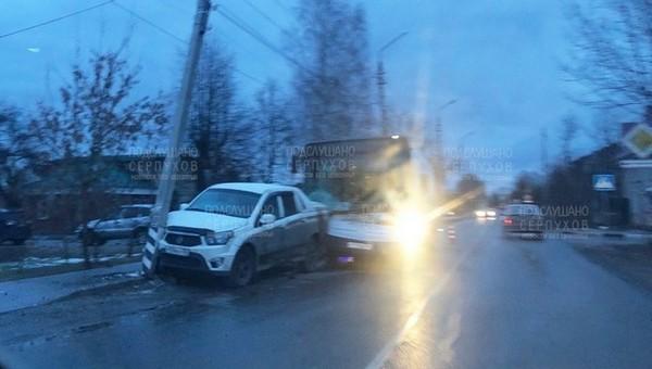 Иномарка оказалась зажата между автобусом и столбом в частном секторе Серпухова