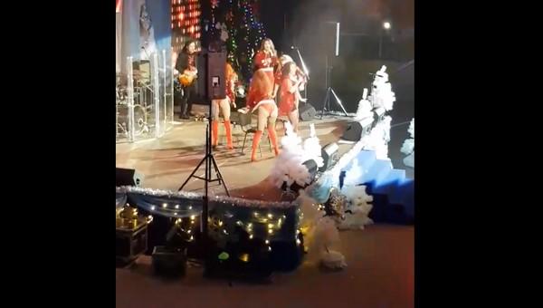 В Подмосковье на бесплатном новогоднем концерте зрителям показали стриптиз